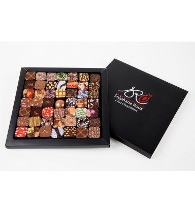 Coffret 49 chocolats / Assortiment (ganaches, pralinés et pâtes d'amande) enrobé de chocolat noir.